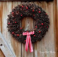 Znalezione Obrazy Dla Zapytania Kwiaty Z Szyszek Christmas Floral Christmas Wreaths Christmas Door Wreaths