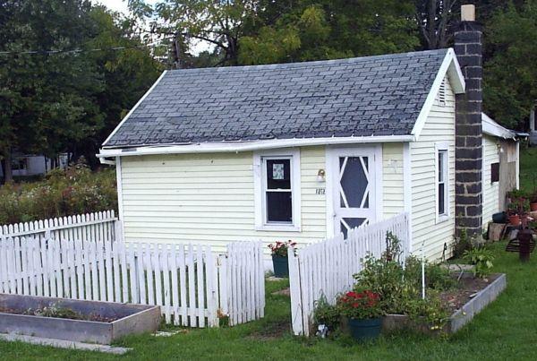 Interessantes Kleines Weisses Haus Umgeben Vom Zaun Mini Hauschen