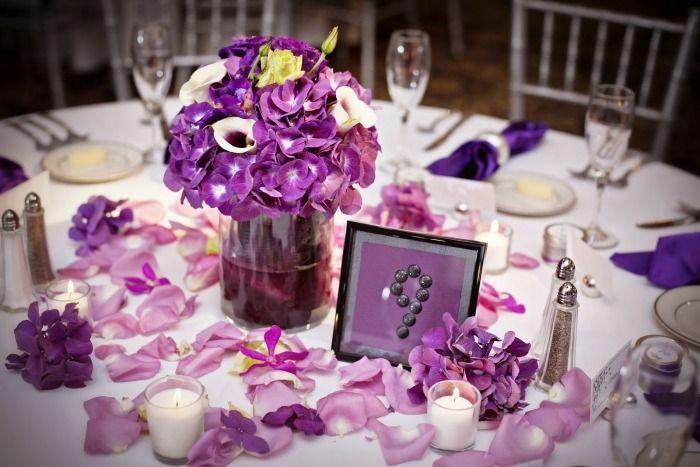 Tischdeko Hochzeit In Lila Gestreute Rosenblatter Everything