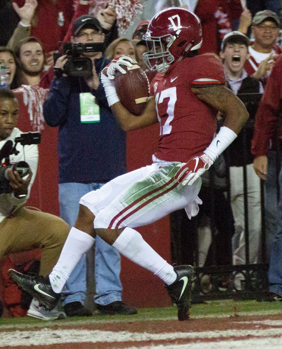 Alabama S Jaylen Waddle Poses After Scoring A Touchdown For The Tide In The Fourth Quarter Alabama Crimson Tide Football Crimson Tide Football Alabama