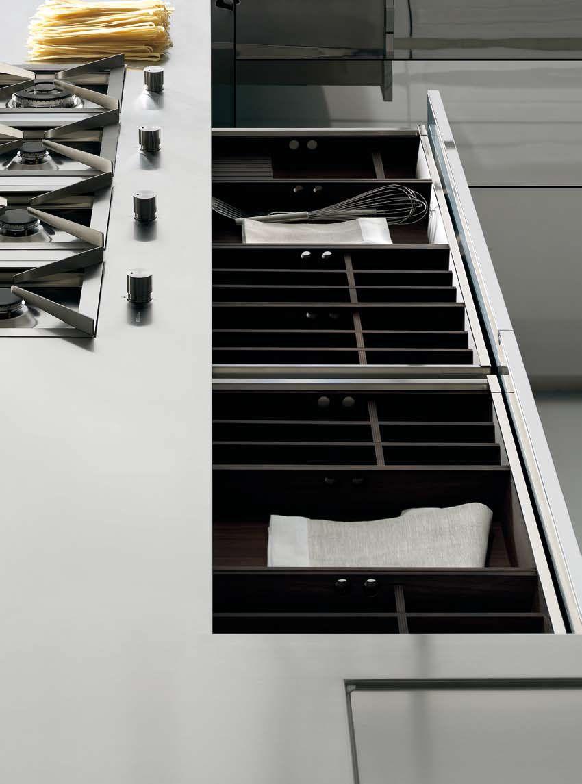 Espacios DOCA. Muebles de cocina con puertas de acero Super Mirror con acabado espejo y puertas de MDF SEDAMAT Blanco, laca en seda mate.  Reforma tu cocina con Doca en Sánchez Plá Paterna, Valencia. http://www.sanchezpla.es/distribucion-construccion-reformas/estudio-sanchez-pla-interiorismo-decoracion/solicita-presupuesto-para-tu-cocina/