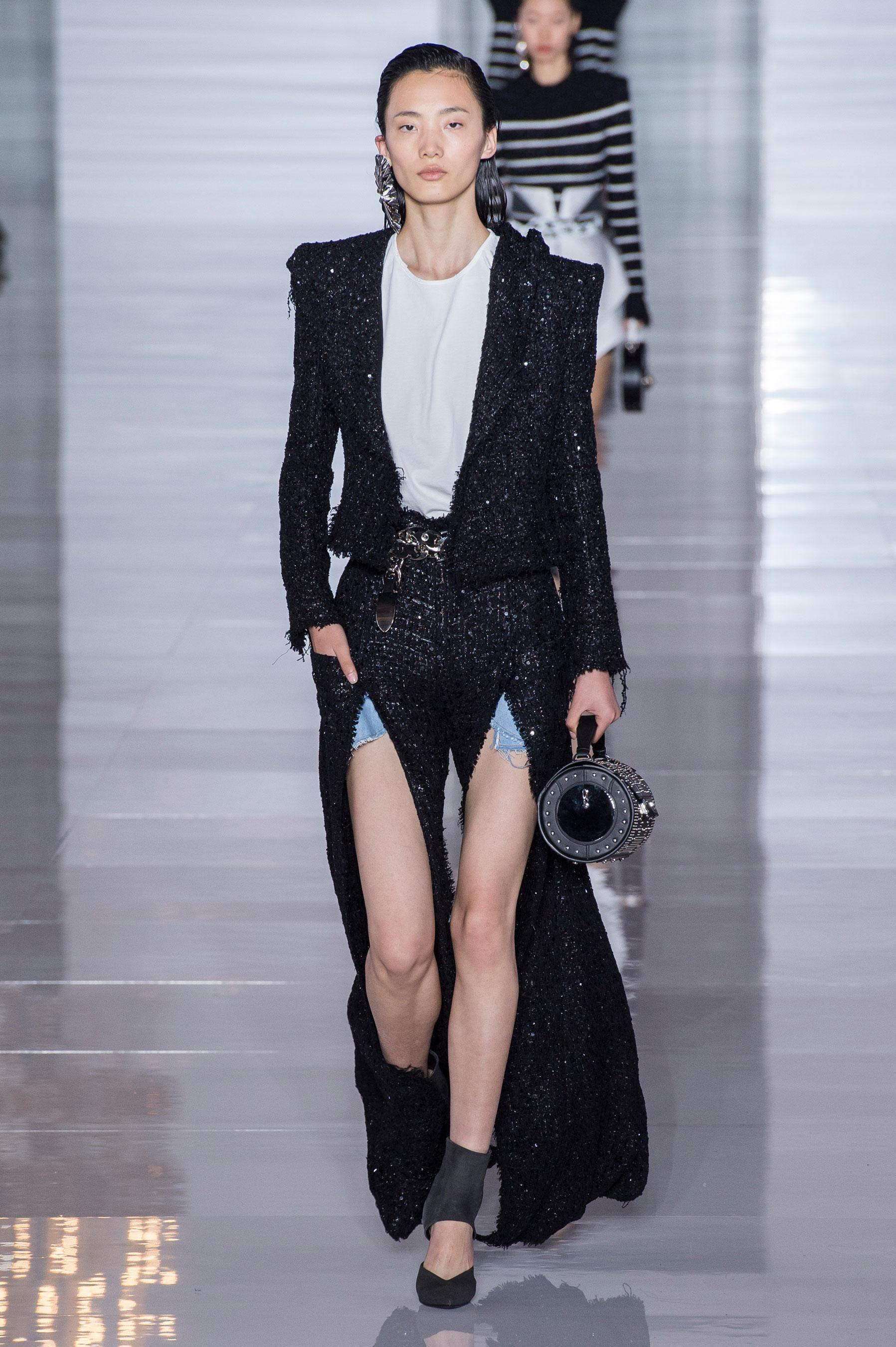 04e0420d9eec Défilé Balmain Prêt-à-porter printemps-été 2019 Paris Fashion Week Olivier  Rousteing Femme women ss19
