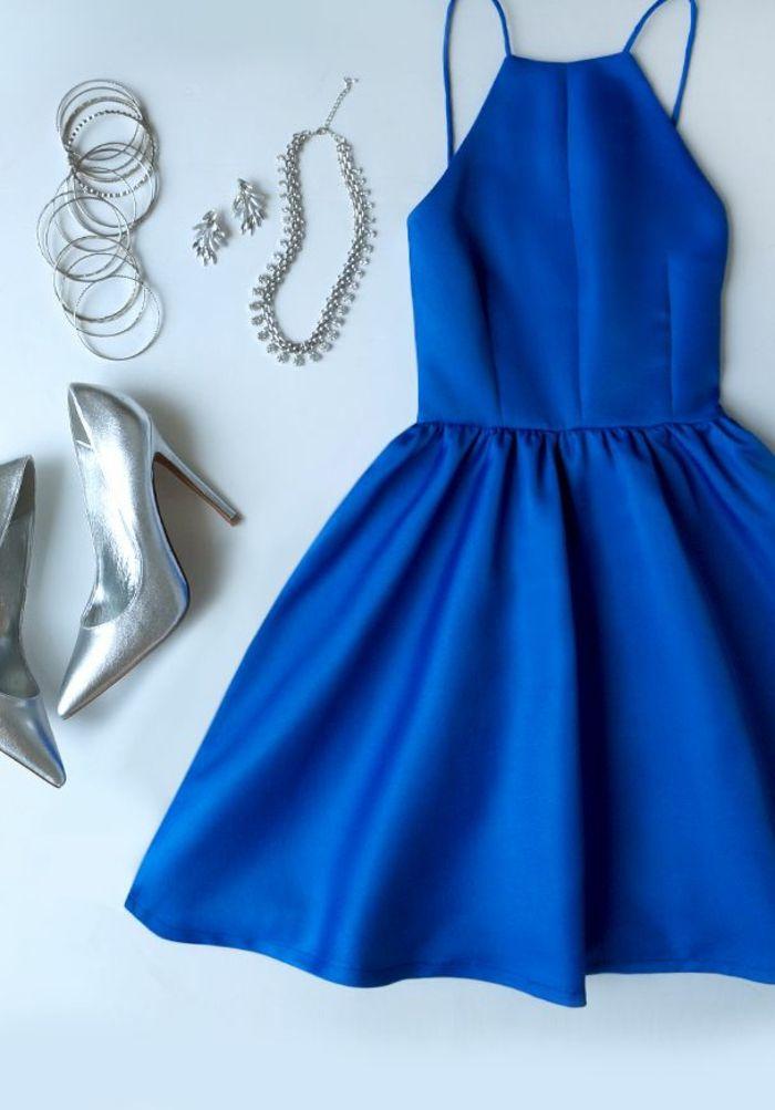 tallons hauts argents, robe de couleur bleue marine, femme élégante