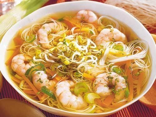 Schnelle Chinesische Suppe mit Reisnudeln und Scampi