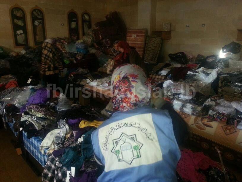 أقامت لجنة الإغاثة في عرسال معرضا للملابس الشتوية الجديدة حيث يتم توزيع ملابس على العائلات السورية في عرسال وتم اختيار العائ Laundry Clothes Decor Home Decor