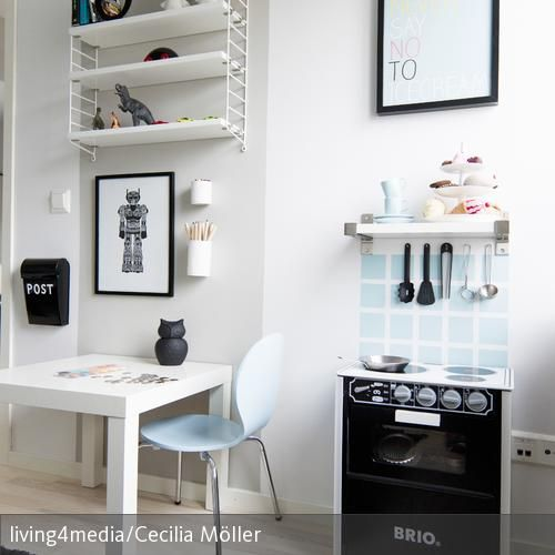 Kleine Spielküche schick integriert | Spielküche, Wandregal und ...