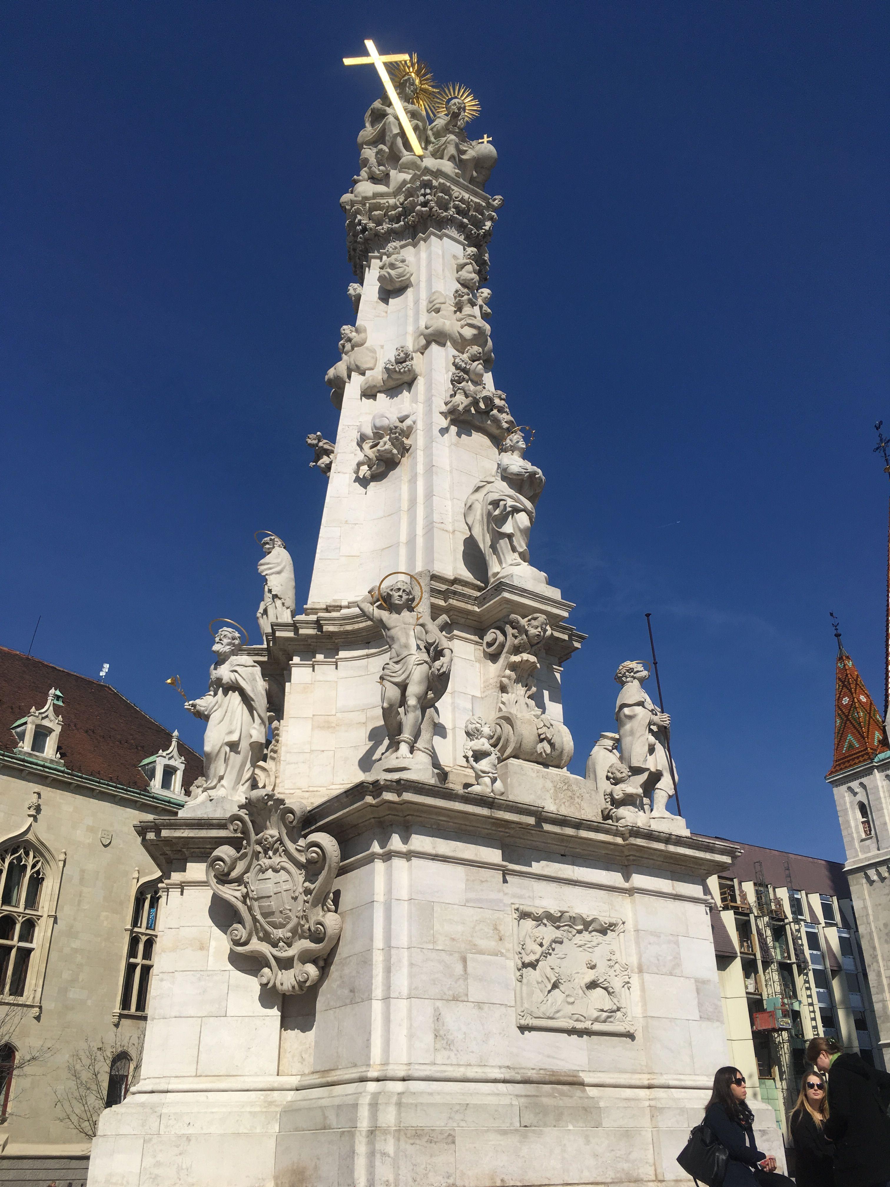 Obelisco nella piazza della chiesa di San Mattia in Budapest