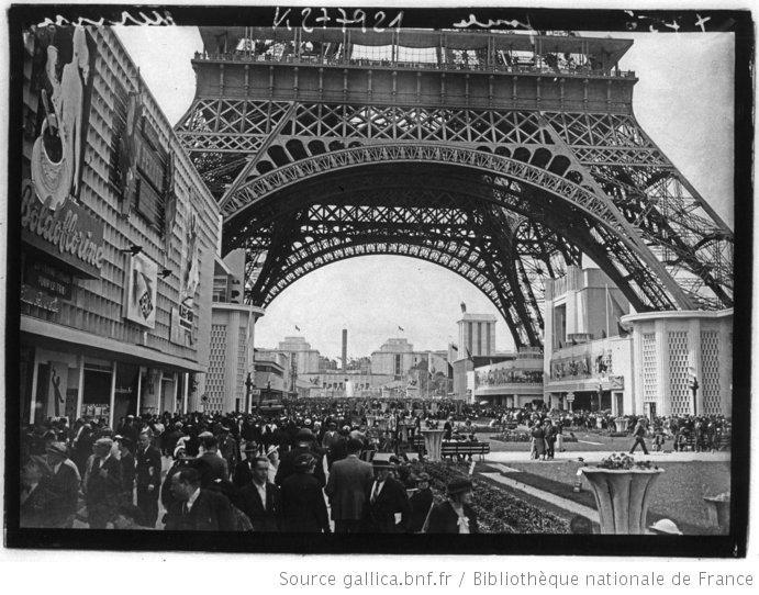 [Exposition internationale des arts et techniques, Paris 1937 : la foule des visiteurs sous la Tour Eiffel le jour de l'ouverture] : [photographie de presse] - 1