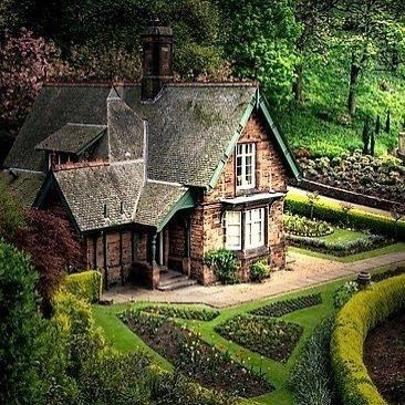 One of my favorites Edinburg Scotland.  #scotland #scottish #edinburgh #home #house #dreamhome #dreamhouse #garden #gardendesign #cottage #cottagelife #cottagestyle #theduchessantiques #englishantiquelover #anglophile #anglomania #loveit #greatbritain #unitedkingdom #beautifulhome #countrylife #country #city #citycenter #edinburghhighlights