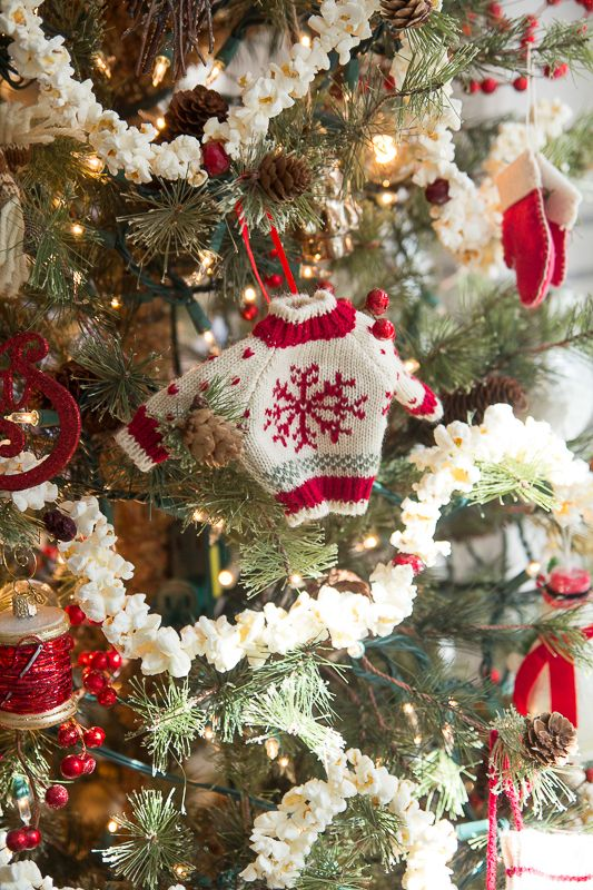 Classic Christmas Tree With Popcorn Garland Classic Christmas Tree Christmas Wreaths Christmas Tree