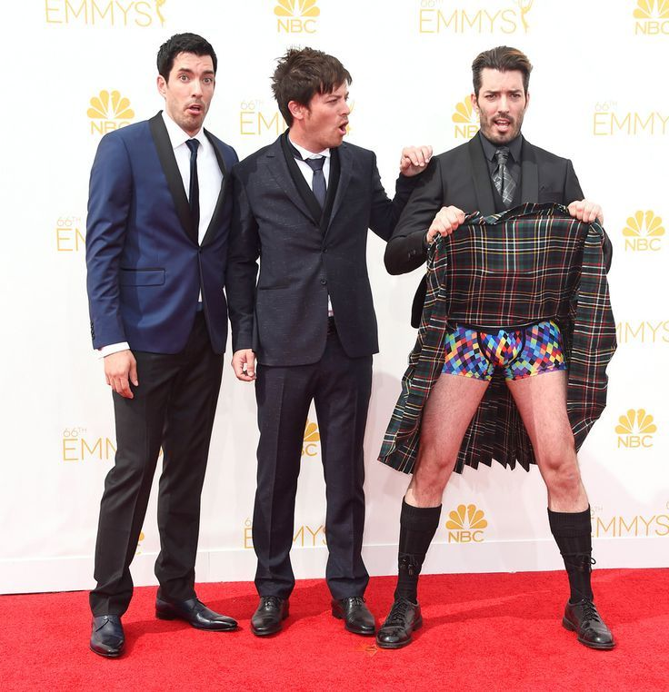 Drew Jd Jonathan Showing Us Whats Under His Kilt At 2017 Emmy S