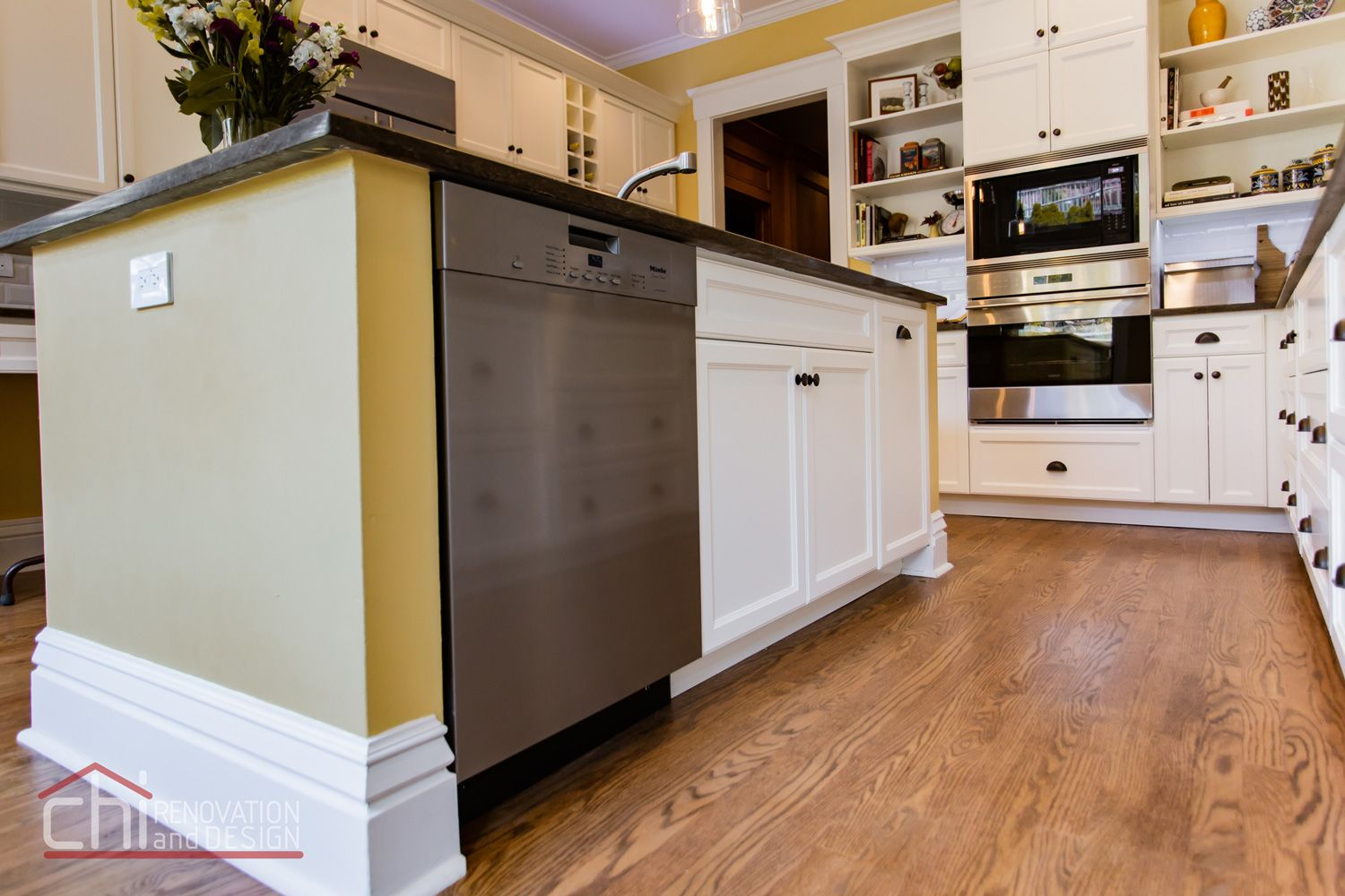 Chi Renovation Turns This Chicago Kitchen Into The Perfect Family Hangout Space Chirenovation Www Chirenova Kitchen Kitchen Design Kitchen Remodel Design