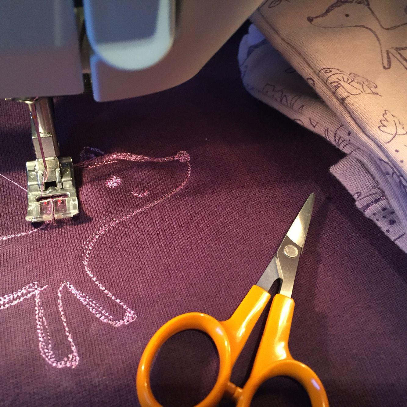 Kläder för en liten tjej. Provade att brodera med endast raksömn.   #kidsfashion #clothes #sewing #baby #barnkläder #sömnad
