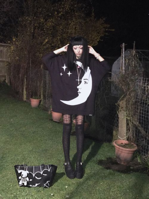 sadgh0sts: tonight's outfit wanna go back home to the moon
