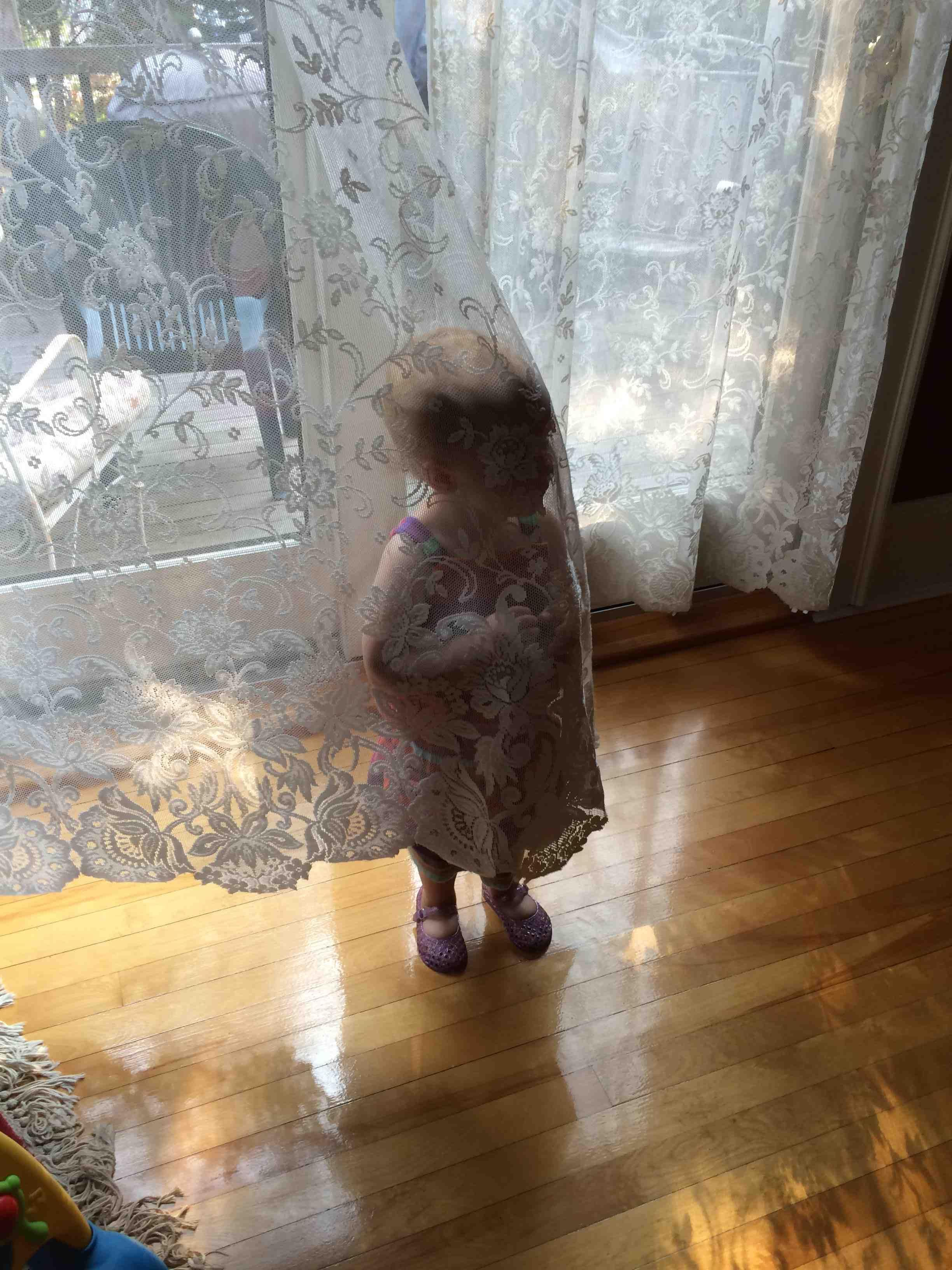21 Hilarious Photos of Children Who are Terrible at Hide and Seek 21 Hilarious Photos of Children Who are Terrible at Hide and Seek new foto