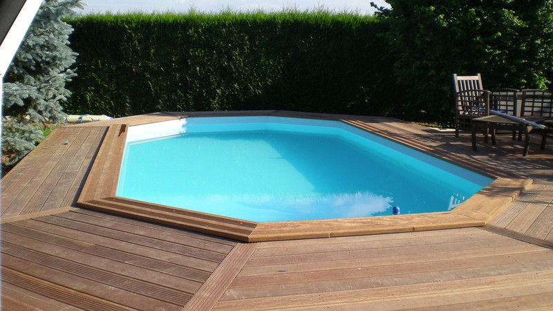 terrasse bois autour d 39 une piscine octogonale. Black Bedroom Furniture Sets. Home Design Ideas