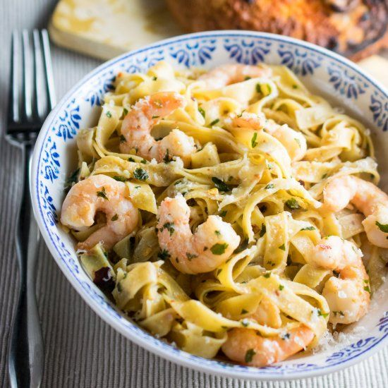 Fresh chili pasta with garlicky, buttery plump prawns! So simple but so good to eat!