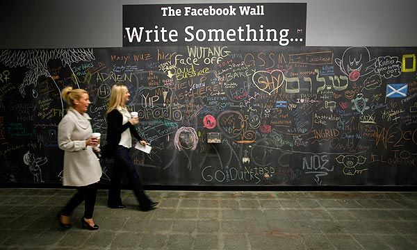 idea from the facebook office a large chalkboard where people can write draw what they 39 d like. Black Bedroom Furniture Sets. Home Design Ideas