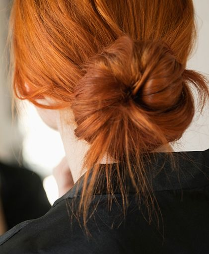 troubleshoot your messy bun hair tutorials pinterest rotes haar frisuren und make up. Black Bedroom Furniture Sets. Home Design Ideas