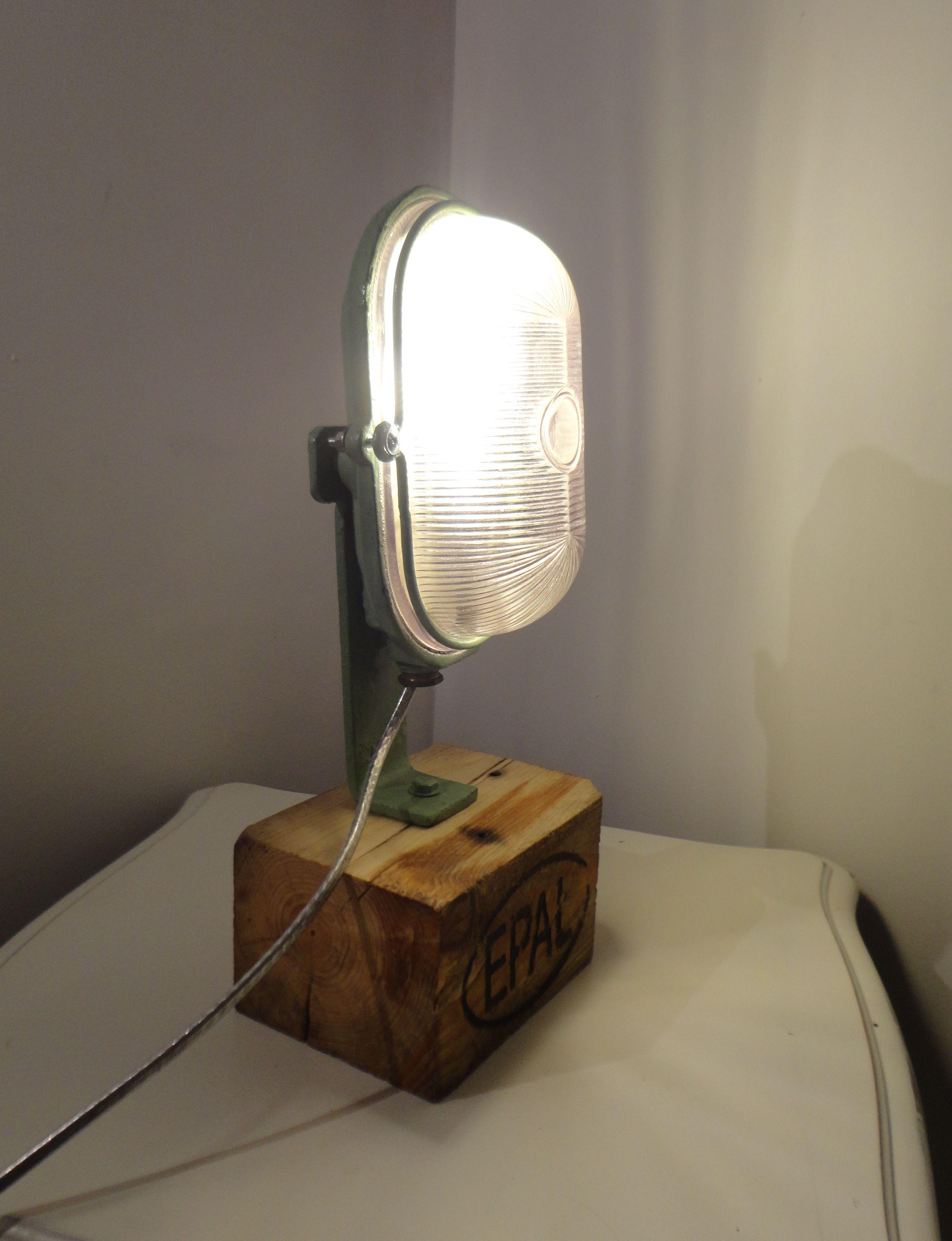 petite lampe de chevet ou d'ambiance, à poser sur un meuble. l