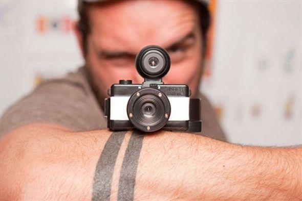 Équipé d'une optique à 170°, ainsi que des fonctions superpositions et longue pose, voici le petit dernier de Lomography, le Fisheye Baby 110 ! Cette version miniature du Fisheye No. 2 est équipée d'une prise pour flash type PC, pour que vous puissiez ajouter de la lumière à vos photos.      Mignon et qui tient dans la poche, il est disponible au prix de 49 €. À vous la distorsion et les photos sphériques.