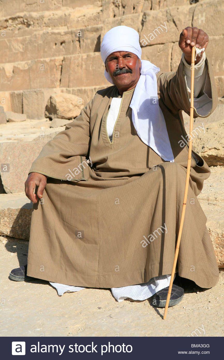 L Homme Egyptien En Tenue Traditionnelle Prendre Du Repos Au Pied De La Pyramide De Khephren A Gizeh Egypte Banque D Images Gizeh Homme Egyptien