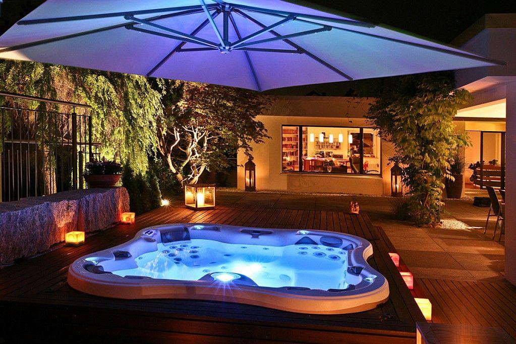 Lotus Bay mit stimmungsvoller LED-Beleuchtung Whirlpool