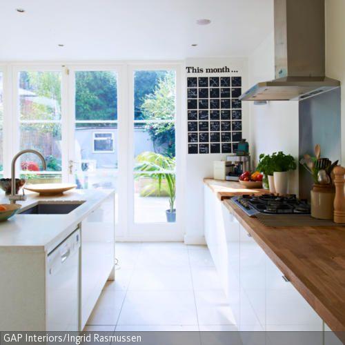 Weiße Einbauküche mit Holzarbeitsplatte | Kücheninsel, Theken und ...