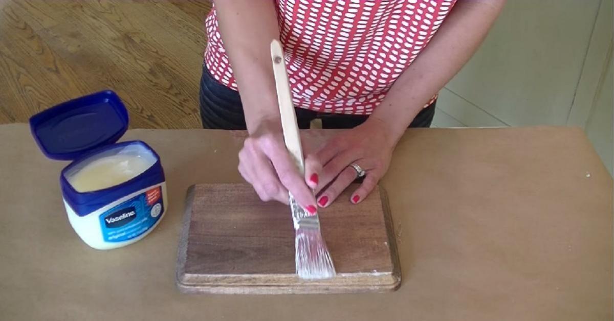 En appliquant de la Vaseline sur du bois, elle réalise une technique