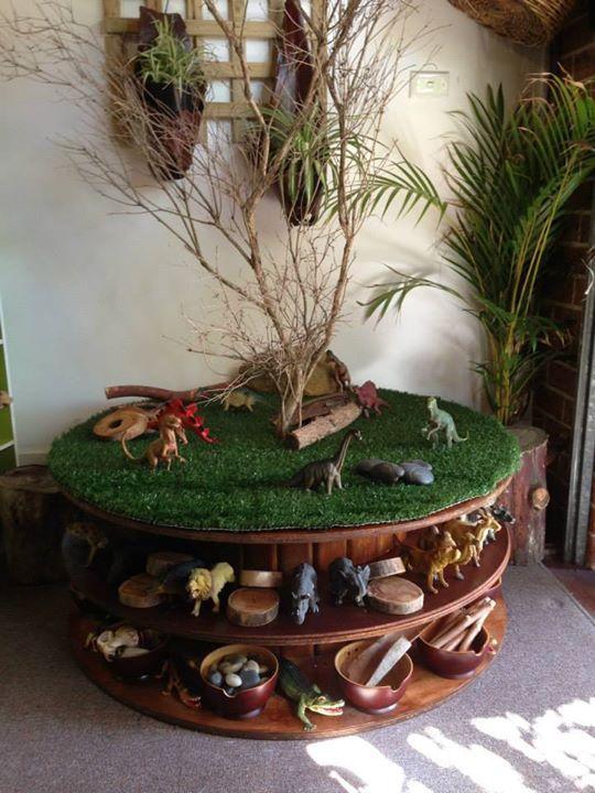 une grosse bobine de fil m tallique du tapis gazon des branches pour jouer avec animaux. Black Bedroom Furniture Sets. Home Design Ideas