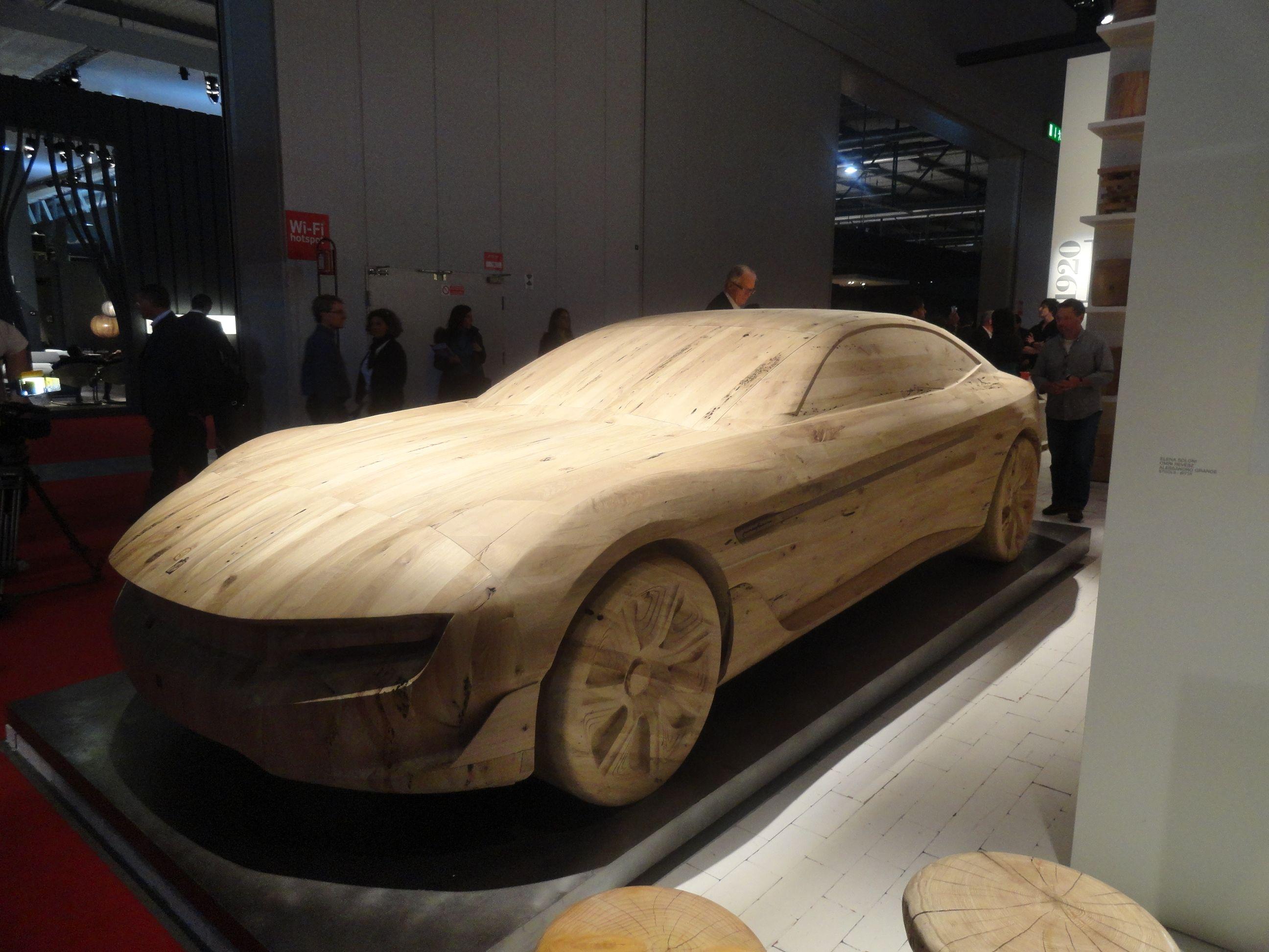 Projeto sustentável que chamou atenção no iSaloni 2012 (Milão). Utilizando uma matéria prima que não teria proveito(Madeira briccola reciclada), os designers responsáveis criaram uma réplica do imponente carro Pininfarina Cambiano, da marca italiana Riva 1920.