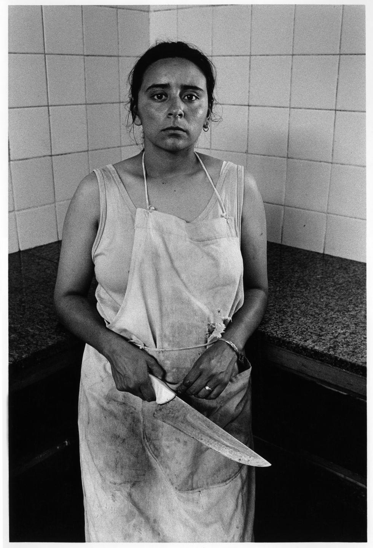 """Adriana Lestido. Mujeres presas, 1991/93. """"Este trabajo está hecho en la cárcel de mujeres número 8, de Los Hornos, La Plata. La llamaban 'la cárcel madre' porque en ese momento era la que más mujeres con niños tenía. Empecé con una idea romántica acerca de la maternidad en cautiverio, pero la realidad es mucho más dura. Estando preso (presa) no importa tanto si se está con un hijo o no. Lo fuerte es estar preso""""."""