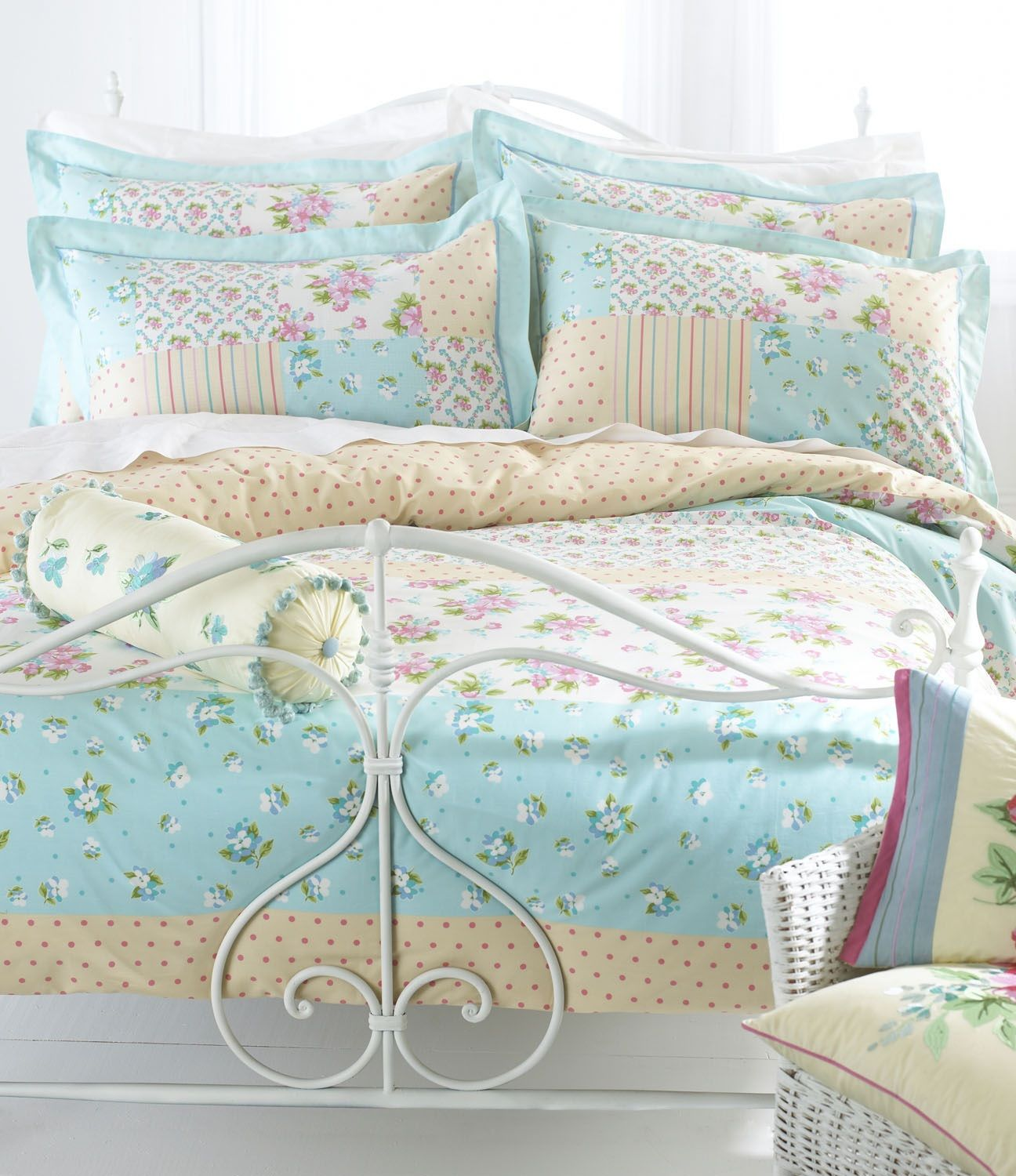 Cheerful county cottage style bedding. http//www