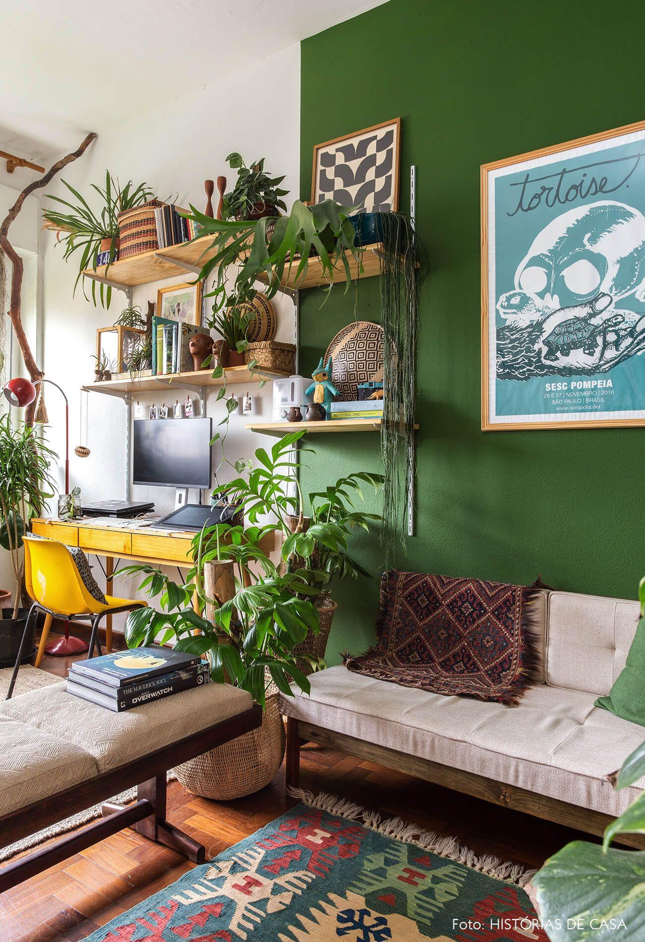 Caçadores de relíquias   Capítulo 2 is part of Home office design - As cores podem transformar por completo um lar  É nisso que os donos desse apê antigo acreditam, por isso eles apostaram em tons inspirados na natureza