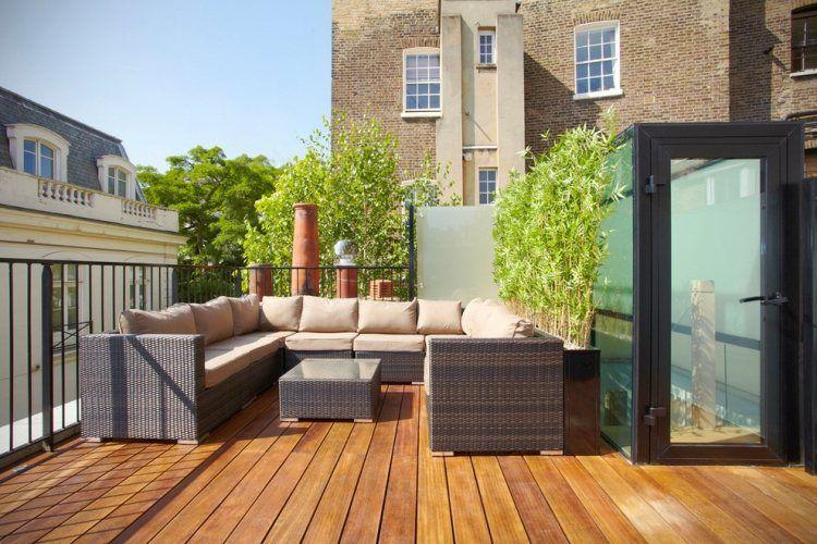 rattan sitzmöbel auf der dachterrasse und bambus-trennwand ... - Bambus Kubel Sichtschutz Terrasse