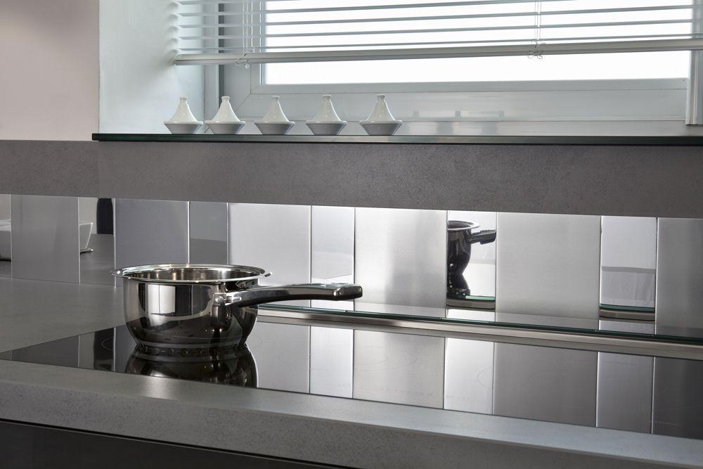 Une Crédence De Cuisine Adhesive Miroir Et Inox Avec METALdécor - Credence carrelage grand format pour idees de deco de cuisine