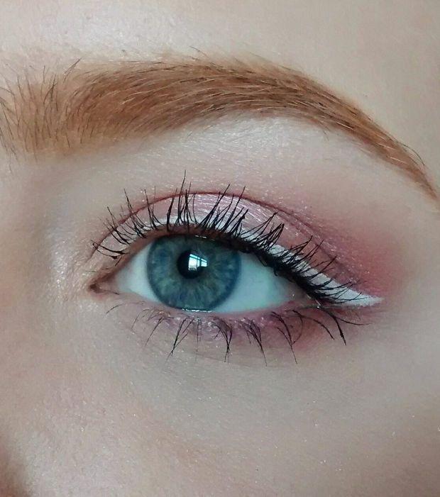Maquillaje Rosa Sombra De Ojos Clara Con Una Raya De Ojo Blanca