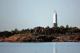 Rönnskärin majakka edustaa Suomen vanhinta säilynyttä majakka-arkkitehtuuria.Rönnskärin majakka valmistui vaiheittain. 1. vaihe vuonna 1800. Luotsiaseman ja majakan lisäksi saarella on muitakin merenkulkuyhteisölle kuuluneita rakennuksia.
