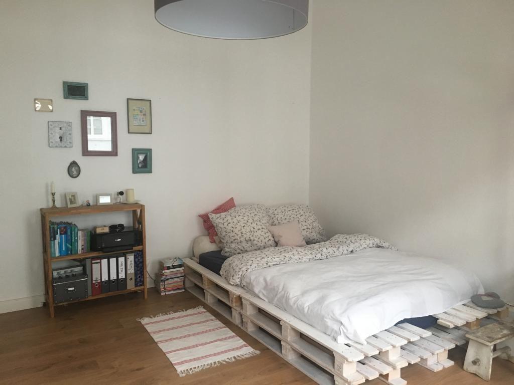 wei gestrichenes palettenbett aus europaletten diy europaletten einrichtungsideen mit diy. Black Bedroom Furniture Sets. Home Design Ideas