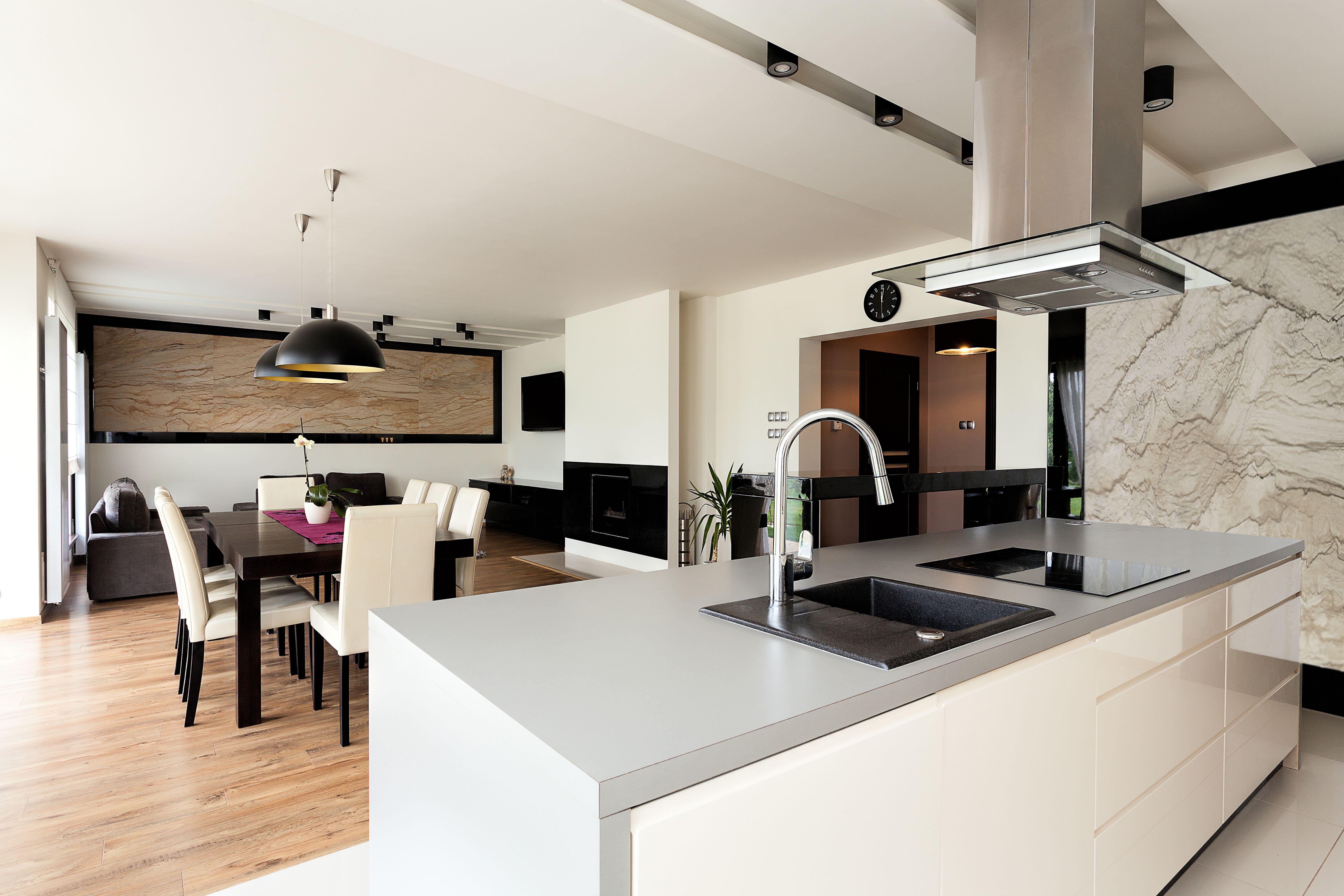 Nowoczesna Kuchnia Wyspa W Kuchni Drewniane Meble Zielone Akcenty W Kuchni White Modern Kitchen Home Decor Home
