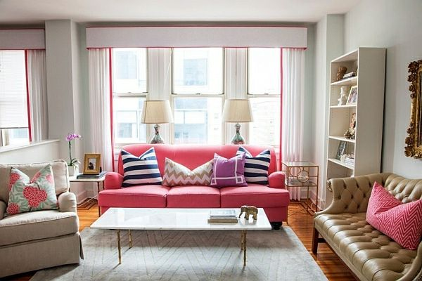 kleines wohnzimmer einrichten frauenstil rosa hell dekokissen