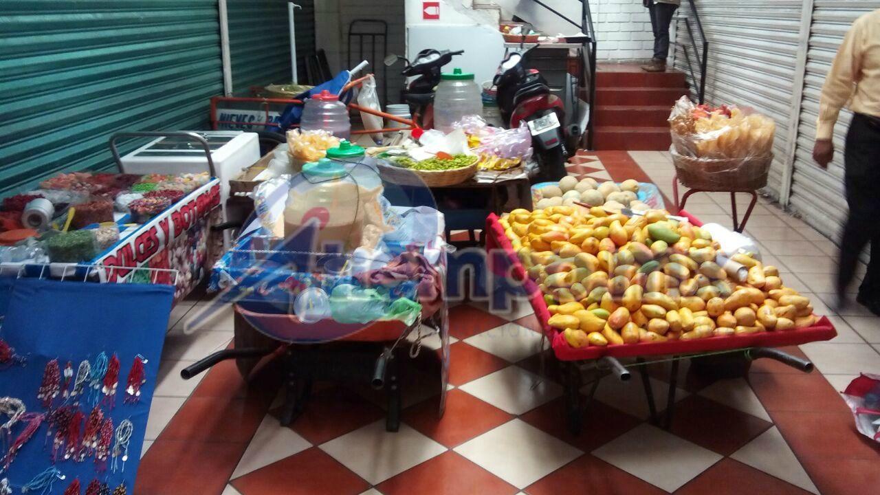 La Secretaría de Servicios Públicos, a través de la Dirección de Mercados, y acompañada por la CEDH y la Policía Michoacán, resguardó más de 22 tipos de mercancía, como carritos ...