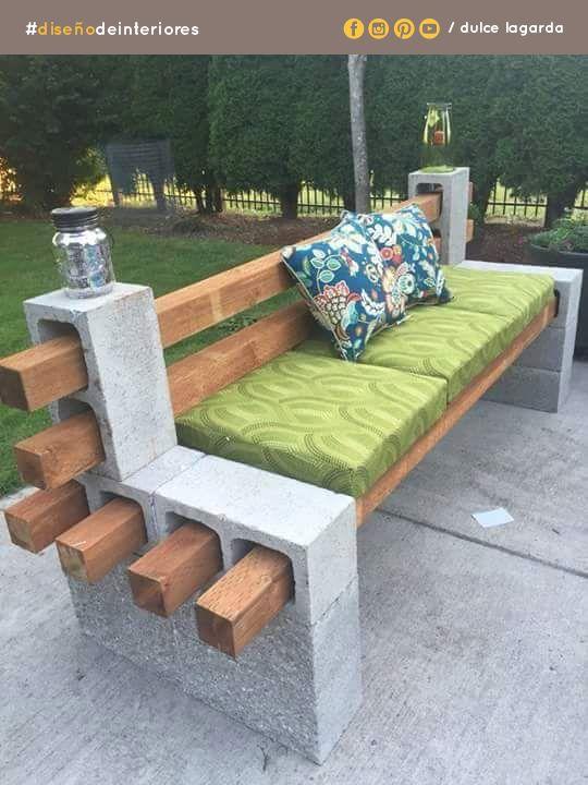 Ideas económicas para decorar tu patio: bloques, madera y algunos cojines.  #dulcelagarda #diseñodeinteriores #ensenada