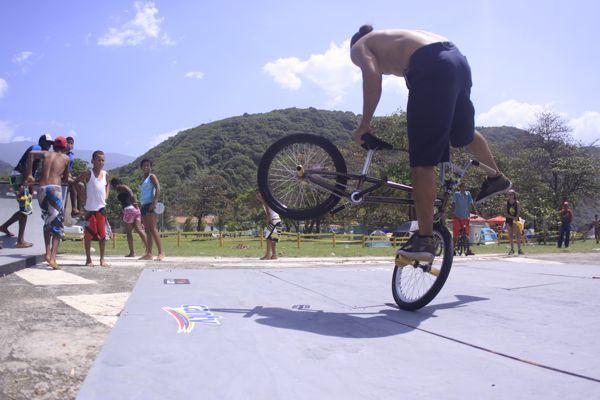 El campeón latinoamericano de BMX Flatlands, Alejandro Márques, deleitó a los asistentes con su agilidad sobre la bicicleta.