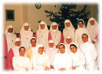 In August 1994, the international community consisted of 16 sisters, seven professed, four novices and five postulants. They were sisters from the Philippines, Polish and Slovak.  The origins of organizational structure of the monastery and language problems - cultural were not easy for the community. Many candidates in a short time give up the life of the Assembly, but after their departure