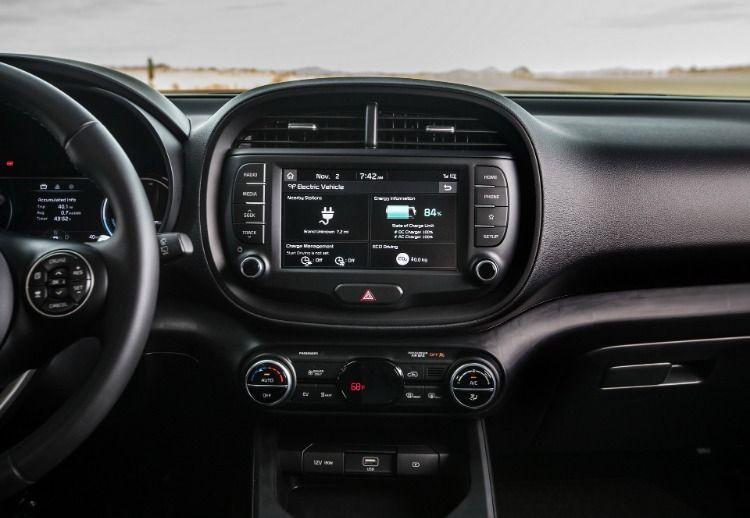 The New 2020 Kia Soul Ev Has A 243 Mile 391 Km Driving Range Putting It In The Same Class As The Chevrolet Bolt Tesla Model Kia Soul Kia Kia Motors America