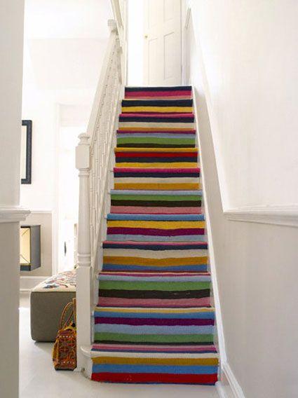 Uma passadeira bem longa fixada nos degraus dá vida nova a escada e ainda protege o piso.