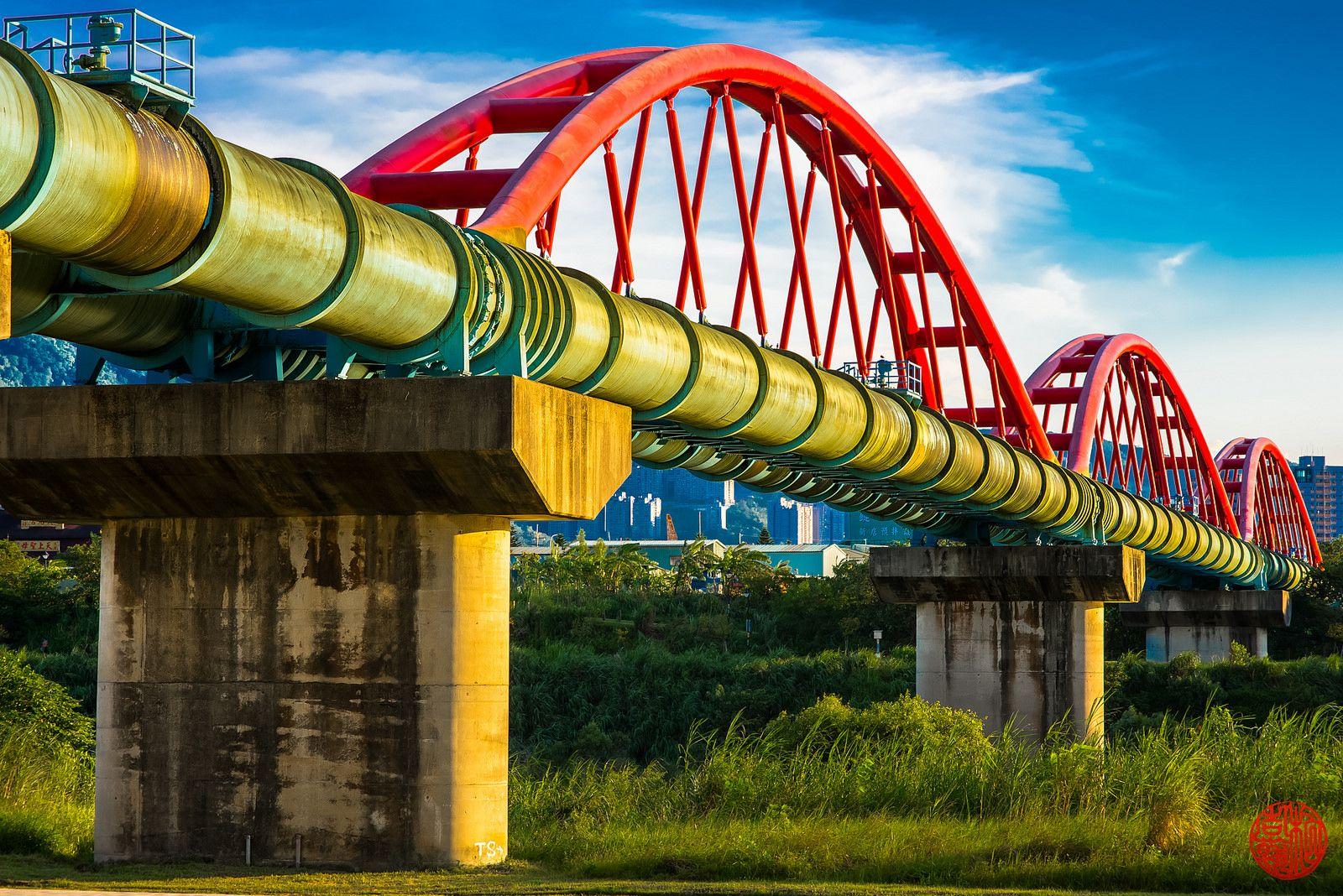 https://flic.kr/p/odxoKY   tubular bridge   alongside Taipei's cycling tracks