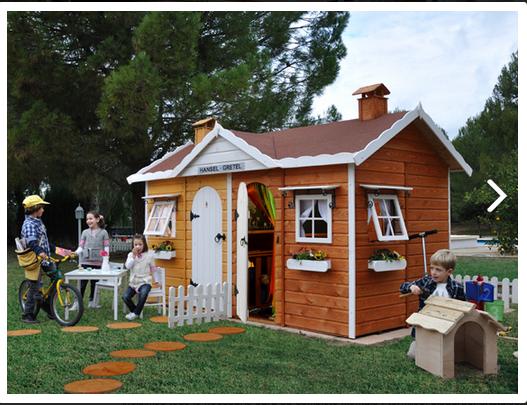 Casita de madera infantil Hansel y Gretel. Vista exterior en colores miel y nogal.