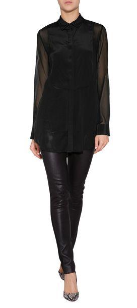 Cocktail-Styling mit maskulinem Appeal: das ist die Tuxedo-Bluse aus schwarzer Stretch-Seide von DNKY #Stylebop